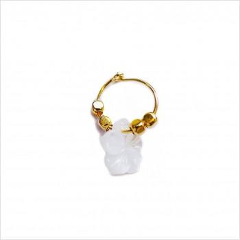 Boucles d'oreille créole minicharms perles facettées : Camélia nacre blanche.