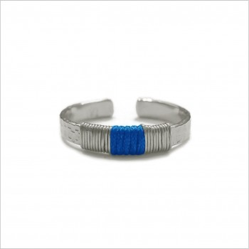 Bague anneau martelée ethnique ajustable en argent liens en soie bleu franc - Bijoux de créateur