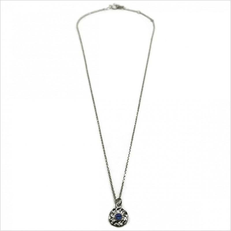 Collier en argent médaille ronde martelée pierre bleue saphir au centre - bijoux de créateurs