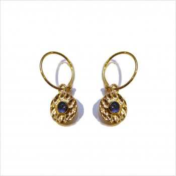 Boucles d'oreilles créoles plaqué or médaille ronde martelée pierre bleue saphir au centre - bijoux modernes