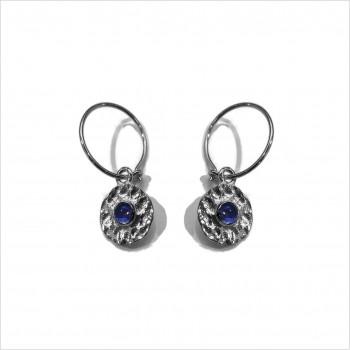 Boucles d'oreilles créoles en argent médaille ronde martelée pierre bleue saphir au centre - bijoux fins et intemporels