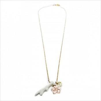 Collier Bora-Bora en plaqué or et corail blanc, camélia en nacre rose, lune martelée sur chaine - Bijoux modernes - gag et lou