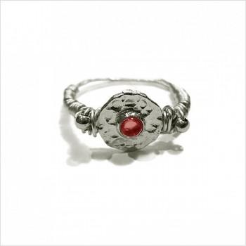 Bague médaille martelée sur fil en argent pierre centrale de couleur rouge - Bijoux tendances