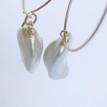 Créoles 25 mm en plaqué or perles d'eau douce baroques nacrées irrégulières pendantes - Bijoux fins de créateur