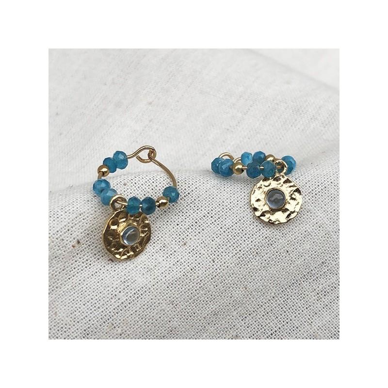 Créoles 15 mm en plaqué or et pierres fines apatite et médaille martelée de couleur bleue - Bijoux fins et originaux