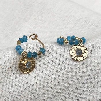 Créoles 15 mm en plaqué or et pierres fines apatite et médaille martelée de couleur bleue - Bijoux moderne