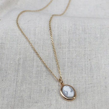 Collier mini camée de couleur bleu pâle sur chaine plaqué or - Bijoux délicat