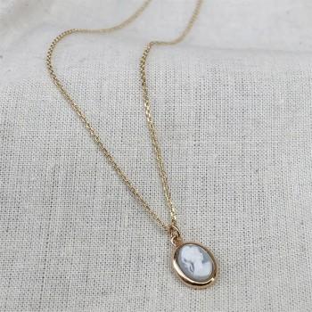 Collier mini camée de couleur bleu pâle sur chaine fine plaqué or - Bijoux fins et intemporels