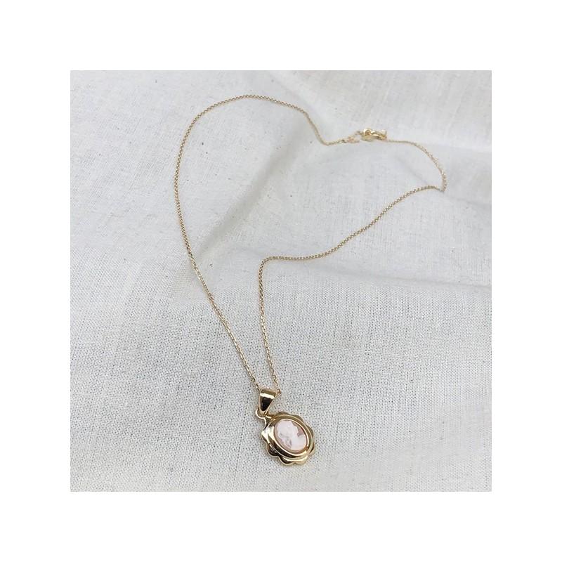 Collier médaille camée dentelle rose pâle sur chaine plaqué or - Bijoux modernes