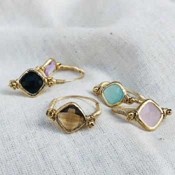 Bague sur fil plaqué or et médailles sertie pierre colorées - bijoux de créateur