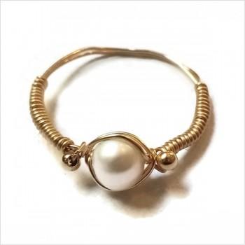 Bague fil en plaqué or surmontée d'une pierre ronde en perle fine d'eau douce - Bijoux fins de créateur