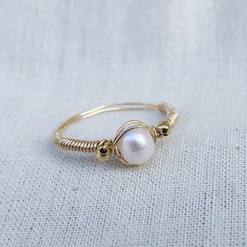 Bague fil en plaqué or surmontée d'une pierre ronde en perle d'eau douce - Bijoux fins de créateur