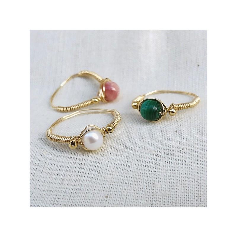 Bague fil en plaqué or surmontée d'une pierre ronde en perle fine, malachite, rodochrosite - Bijoux de créateur