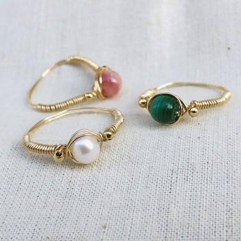 Bague fil en plaqué or surmontée d'une pierre ronde en perle fine, malachite, rodochrosite - Bijoux fins de créateur