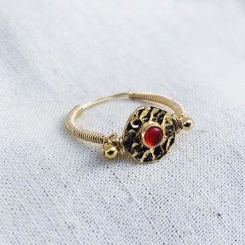 Bague médaille martelée sur fil en plaqué or pierre centrale de couleur rouge - Bijoux fins et originaux