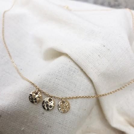 Collier sur chaine trois médailles rondes martelées en plaqué or - Bijoux tendance