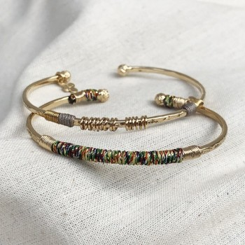 Jonc martelé ethnique en plaqué or fil d'or et couleur - Bijoux originaux de créateurs
