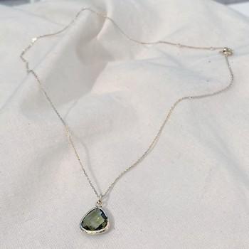 Collier sur chaine médaille pierre sertie de couleur kaki sur chaine plaqué or - Bijoux fins et modernes