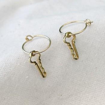 Boucles d'oreilles créoles pendentif clé évidé en plaqué or - Bijoux fantaisie