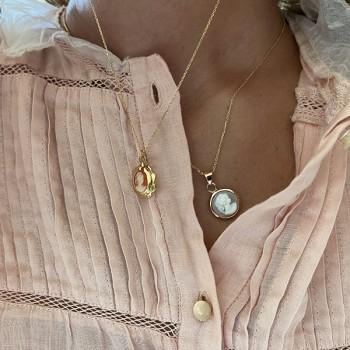 Collier médaille camée dentelle bleue pâle sur chaine plaqué or - Bijoux fins et intemporels