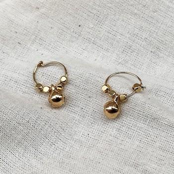 Créoles en plaqué or avec perles facettées pendentif grelot - Bijoux modernes