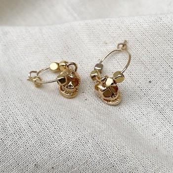Créoles en plaqué or avec perles facettées pendentif tête de mort - Bijoux modernes