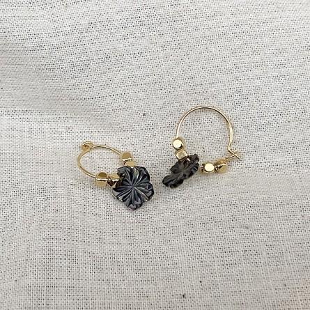 Créoles en plaqué or avec perles facettées pendentif camélia nacré - Bijoux fins et fantaisies