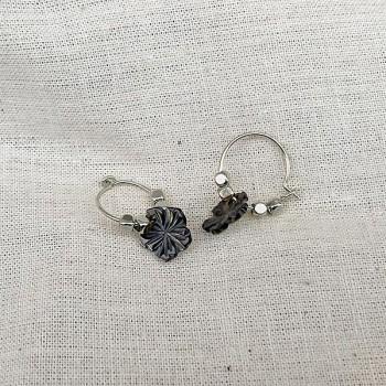 Créoles en argent avec perles facettées pendentif camélia nacré - Bijoux fins et fantaisies