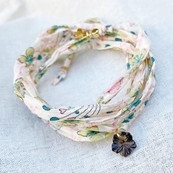 Bracelet plaqué or tissu liberty beige charms camélia nacre - bijoux fantaisie