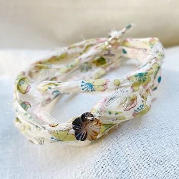 Bracelet en argent tissu liberty beige charms camélia nacre - bijoux fantaisies et originaux