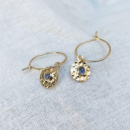 Boucles d'oreilles créoles plaqué or médaille ronde martelée pierre bleue saphir au centre - bijoux fins et intemporels