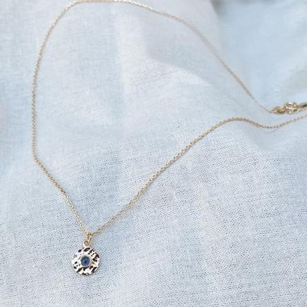 Collier en plaqué or médaille ronde martelée pierre bleue saphir au centre - bijoux de créateurs