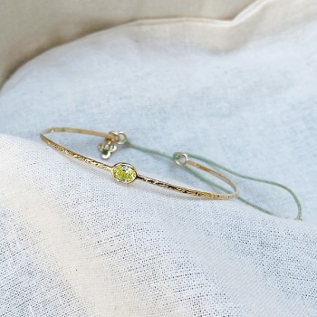 Jonc fin martelé pierre sertie verte clair en plaqué or ajustable - Bijoux fin fantaisies