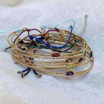 Jonc fin martelé pierre sertie colorée en plaqué or ajustable - Bijoux fin fantaisies