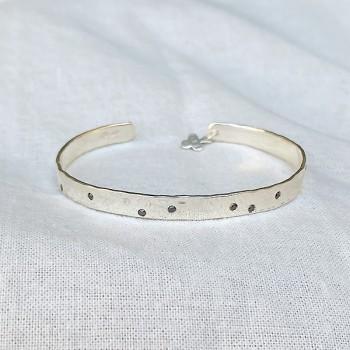 Jonc en argent martelé ajustable avec incrustation de mini pierres noires - Bijoux tendances de créateur