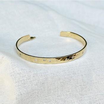 Jonc plaqué or martelé ajustable avec incrustation de mini pierres blanches / transparentes - Bijoux tendances de créateur