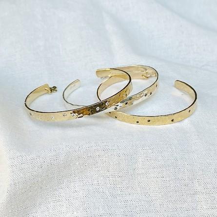 Jonc plaqué or ou argent martelé ajustable avec incrustation de mini pierres noires ou blanches - Bijoux de créateur
