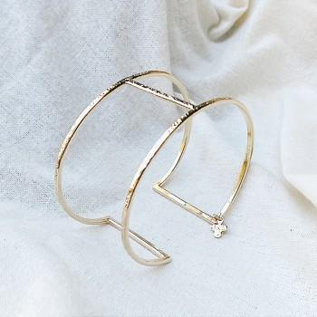 Manchette simple en plaqué or martelée barre centrale - Bijoux fins de créateur