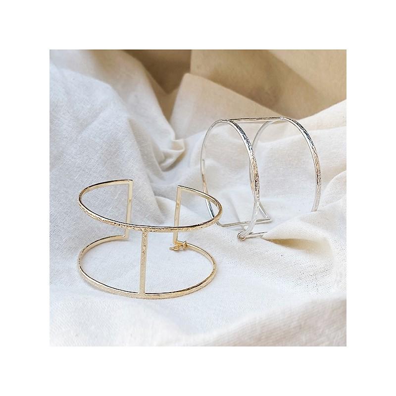 Manchette simple en argent ou plaqué or martelée barre centrale - Bijoux fins de créateur