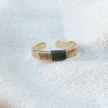 Bague anneau martelée ethnique ajustable en plaqué or lien en soie gris - Bijoux de créateur