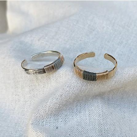 Bagues anneaux martelées ethniques ajustable en plaqué or ou argent liens en soie colorés - Bijoux de créateur