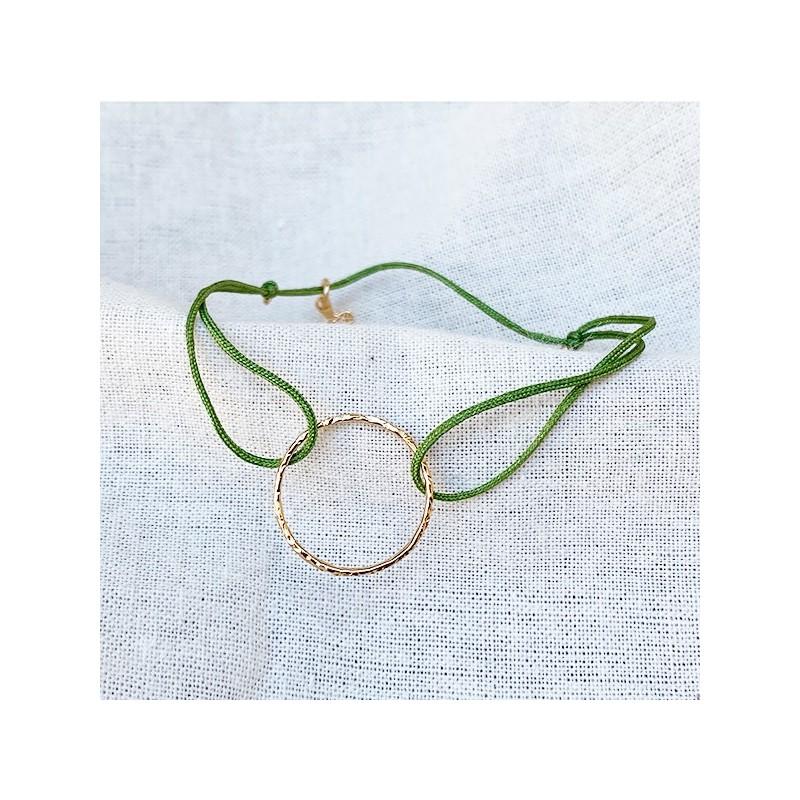 Bracelet anneau martelé 20 mm en plaqué or sur lien soyeux ajustable - Bijoux délicat