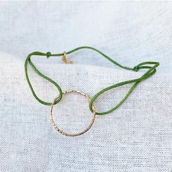 Bracelet anneau martelé 20 mm en plaqué or sur lien soyeux ajustable - Bijoux fins et fantaisies