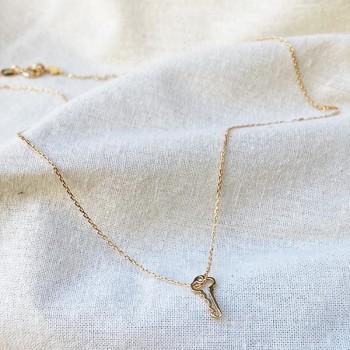 Collier clé évidée sur chaine en plaqué or - bijoux fins et fantaisies