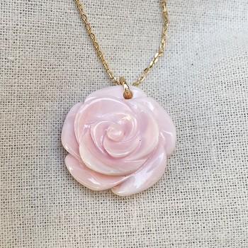 Collier sur chaine plaqué or pendentif grande rose nacrée - Bijoux fins et modernes