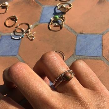 Bague fil en plaqué or surmontée d'une pierre ronde en unakite - Bijoux fins de créateur