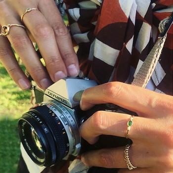 Bague sur fil plaqué or et médailles sertie pierre marron taupe - bijoux fins originaux de créateur