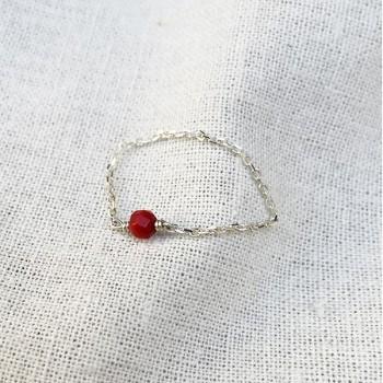 Bague fine sur chaîne en argent avec pierre fine en Corail - Bijoux fins et intemporels