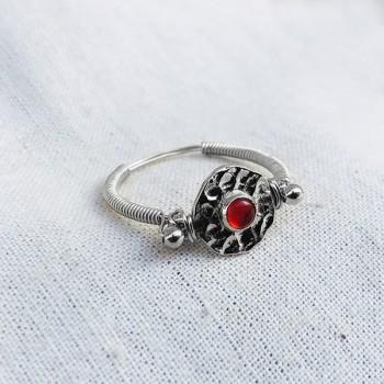 Bague médaille martelée sur fil en argent pierre centrale de couleur rouge - Bijoux fins et originaux