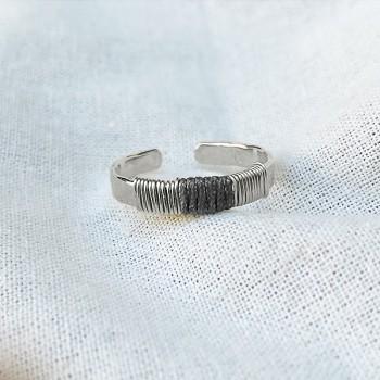 Bague anneau martelée ethnique ajustable en argent lien en soie gris foncé - Bijoux de créateur